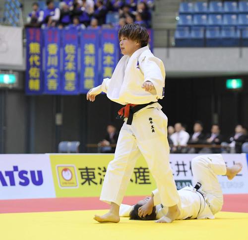 女子78キロ級決勝 和田(下)に小外掛けで一本勝ちした梅木(撮影・加藤諒)