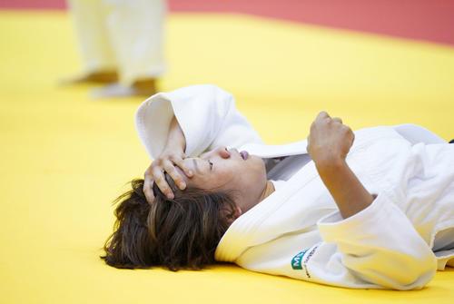 女子48キロ級2回戦で稲毛に敗れ、畳に仰向けになる近藤(撮影・加藤諒)