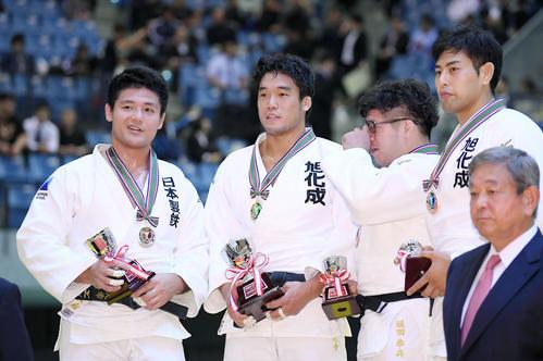 男子100ロ級決勝 西山(左端)を破って優勝を決め、表彰式で笑顔を見せる羽賀(左から2人目)(撮影・加藤諒)
