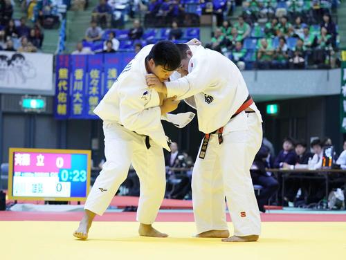 男子100キロ超級敗者復活戦で組手を争う斉藤(右)と小川(撮影・加藤諒)