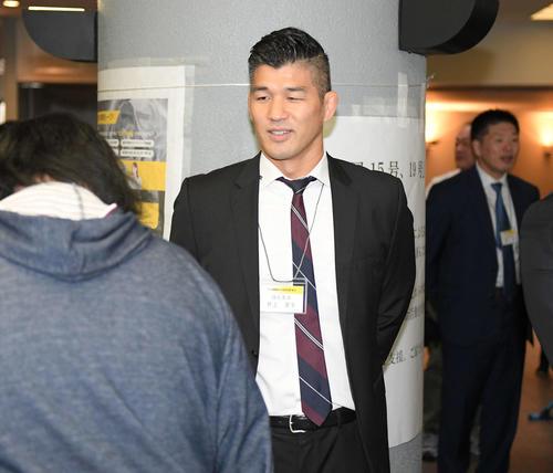 会場を訪れた人に笑顔で話しかける柔道男子日本代表の井上康生監督(撮影・加藤諒)