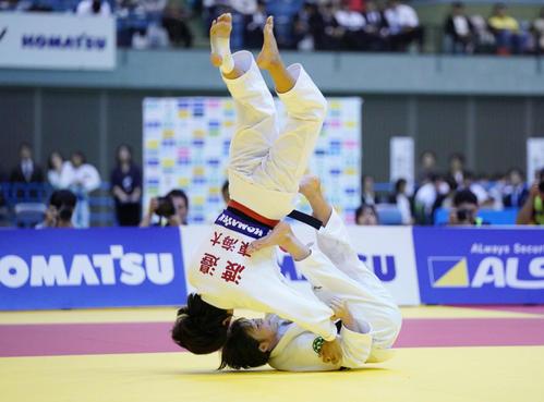 女子48キロ級決勝 渡辺(左)からともえ投げで技ありを奪う角田(撮影・加藤諒)