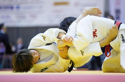 女子48キロ級3回戦で古賀(右)に一本勝ちした角田(撮影・加藤諒)