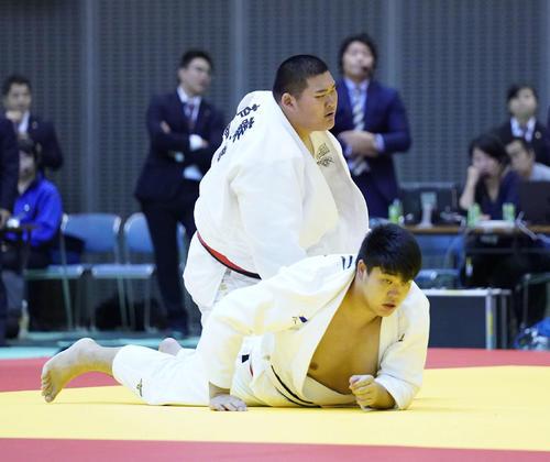 男子100キロ超級敗者復活戦で初対戦した斉藤(上)と小川(撮影・加藤諒)