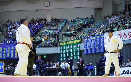 男子100キロ超級敗者復活戦 斉藤(左)と初対戦し、指導3による反則負けを喫して苦笑いする小川(撮影・加藤諒)