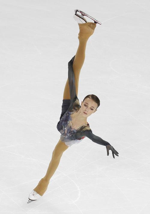 女子SPで首位に立ったロシアのアンナ・シェルバコワ(共同)