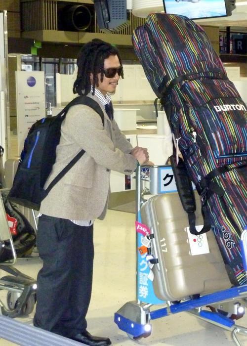 ドレッドヘアに鼻、耳ピアスといういでたちでバンクーバーに出発したバンクーバー五輪スノーボードハーフパイプ日本代表の国母和宏容疑者。公式衣装の着こなしが問題となった(2010年2月)