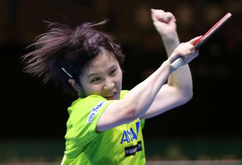 日本対韓国 第3ゲームのシングルスで髪を振り乱してスマッシュを放つ平野(撮影・河野匠)