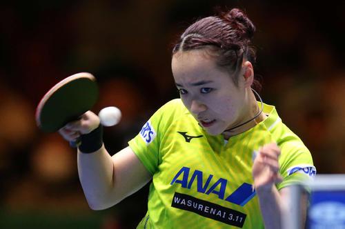 日本対韓国 第4ゲームのシングルスで打ち返す伊藤(撮影・河野匠)