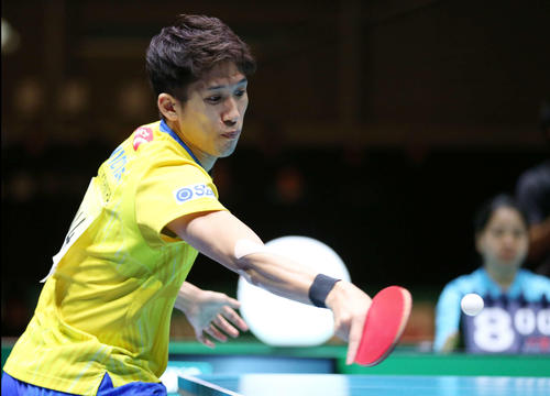 日本対中国 第3ゲームのシングルスで打ち返す吉村(撮影・河野匠)