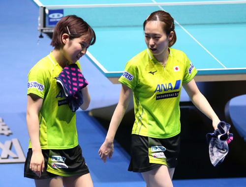 日本対韓国 第1ゲームのダブルスで敗れ悔しそうに引き揚げる石川(右)と平野(撮影・河野匠)