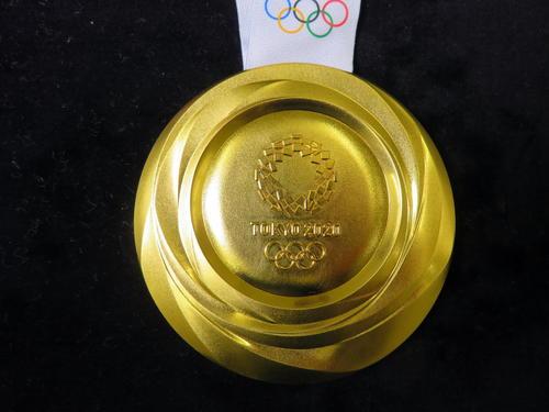 東京五輪の金メダル裏面(2019年7月22日撮影)