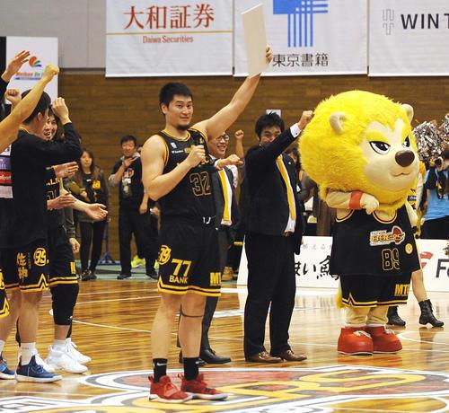 仙台対越谷 シュート成功率10割の計16得点で勝利に貢献した仙台臼井(中央)はヘッドコーチ賞を獲得し、ブースターの声援に応える