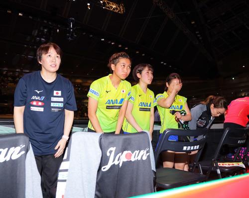 中国にストレートで敗れ準優勝に終わる日本代表チームは観客に向かいあいさつをする(撮影・河田真司)