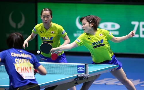 日本対中国 第1ゲームのダブルスで球を打ち返す平野(右)と石川(撮影・河野匠)
