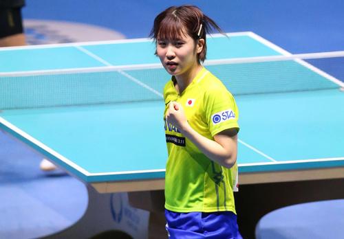 日本対中国 第3ゲームのシングルスでポイントを奪いベンチに向かってガッツポーズを見せる平野(撮影・河野匠)