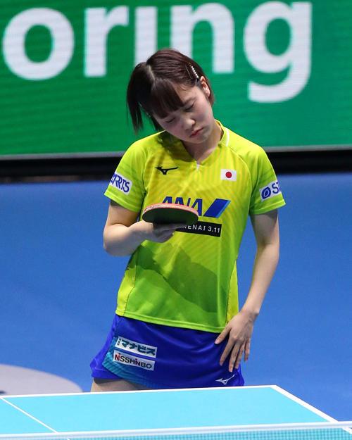 日本対中国 第3ゲームのシングルスでミスし首をかしげる平野(撮影・河野匠)
