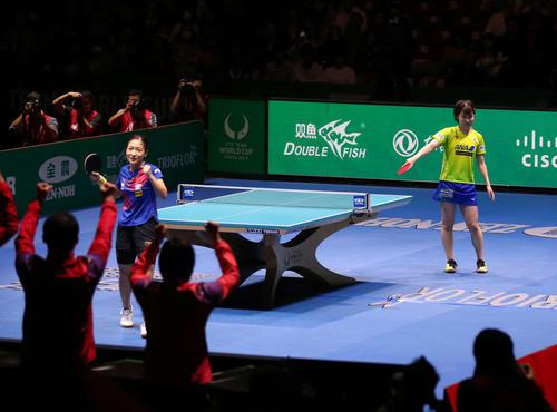 日本対中国 第3ゲームのシングルスで劉詩文(左)に平野が敗れ日本は銀メダルとなった(撮影・河野匠)