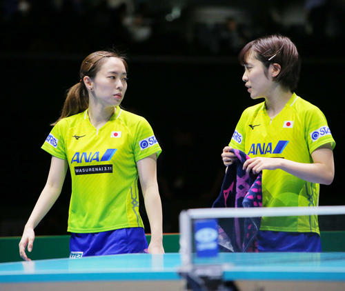 女子決勝 中国対日本 第1ゲームダブルスでストレートで敗れ肩を落とす石川(左)平野組(撮影・河田真司)