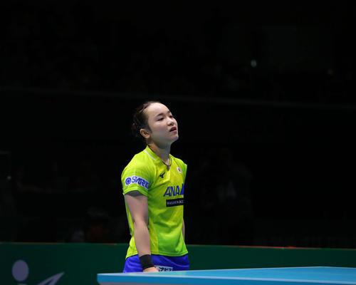 女子決勝 中国対日本 第2ゲームシングルス、フルセットで敗れ肩を落とす伊藤(撮影・河田真司)