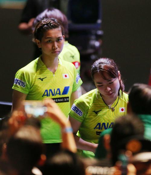 日本対中国 中国に敗れ銀メダルとなった日本代表の伊藤(右)は悔しそうな表情を見せる。左は佐藤(撮影・河野匠)