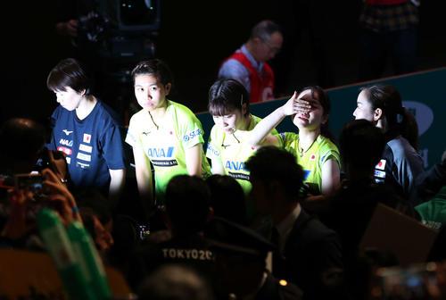 日本対中国 中国に敗れ銀メダルとなった日本代表は強い光を浴びながら客席にあいさつする。左から馬場監督、佐藤、平野、伊藤、石川(撮影・河野匠)