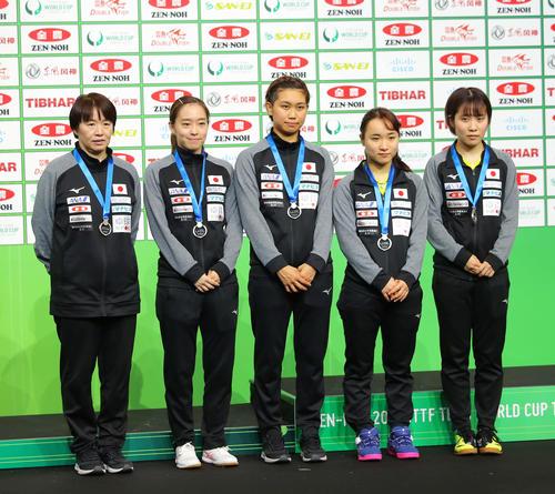 銀メダルを首にかける日本代表チームの、左から馬場監督、石川、佐藤、伊藤、平野(撮影・河田真司)