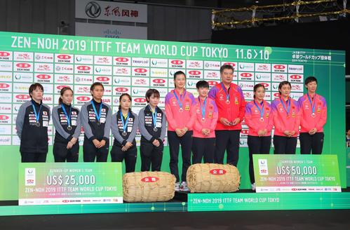 表彰式のフォトセッションに臨む準優勝の日本(左)と優勝の中国(撮影・河田真司)