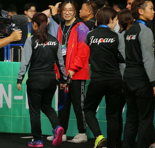 表彰式が終わり首にかけていた銀メダルを早々に外し会場から引き揚げる伊藤(左)(撮影・河田真司)