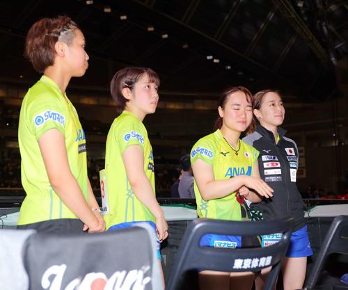 中国に敗れ準優勝に終わる日本代表チームは肩を落としながらも観客の暖かい声援に応えあいさつをする(撮影・河田真司)