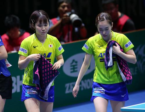 日本対中国 第1ゲームのダブルスに敗れがっくりと引き揚げる平野(左)と石川(撮影・河野匠)