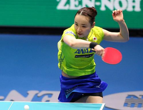 日本対中国 第2ゲームのシングルスで力強いスマッシュを打ち込む伊藤(撮影・河野匠)