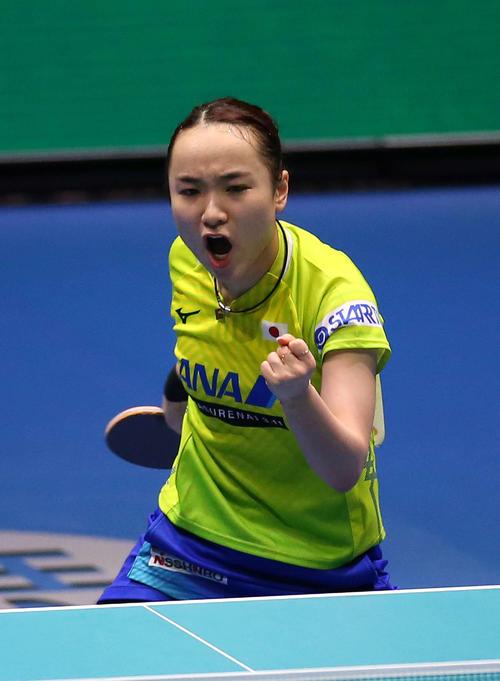 女子決勝 日本対中国 第2ゲームのシングルスでポイントを奪いガッツポーズの伊藤(撮影・河野匠)