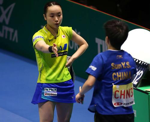 日本対中国 第2ゲームのシングルスで孫穎莎(右)に逆転負けを喫し、悔しそうに手を差し出す伊藤(撮影・河野匠)