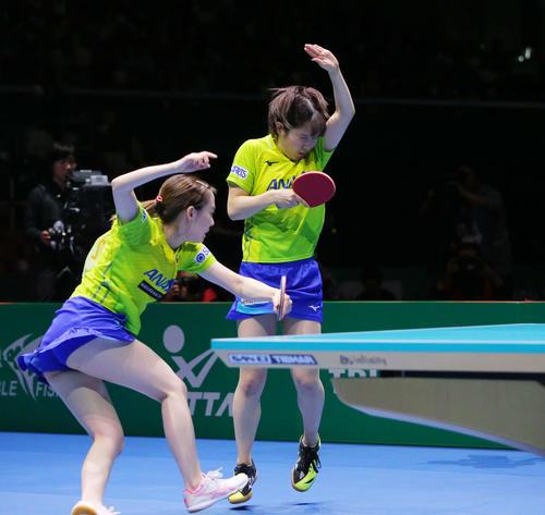 女子決勝 中国対日本 第1ゲームダブルスの第3セットで中国選手に打ち抜かれストレートで敗れる石川(左)平野組(撮影・河田真司)