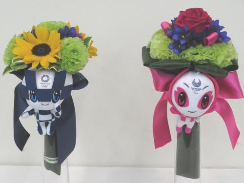 お披露目された東京五輪・パラリンピックのメダリストへの副賞のビクトリーブーケ。左が五輪時のイメージ。右がパラリンピック時のイメージ(撮影・近藤由美子)