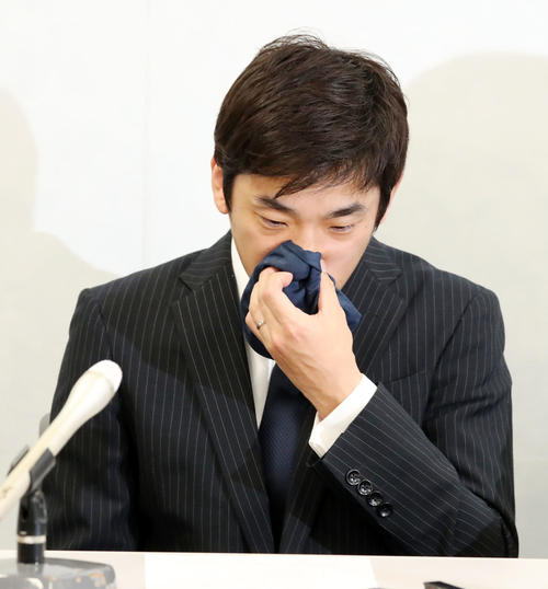 女性コーチをモラハラで提訴したと、会見で涙を流して語る織田氏(撮影・加藤哉)