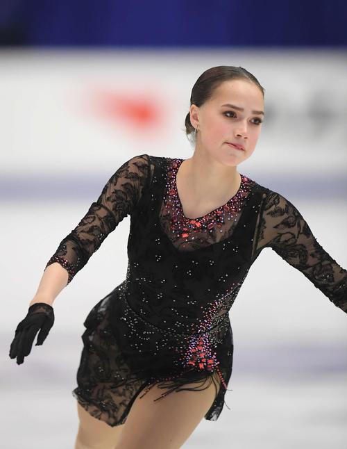 NHK杯 女子SPで演技するアリーナ・ザギトワ(撮影・加藤諒)