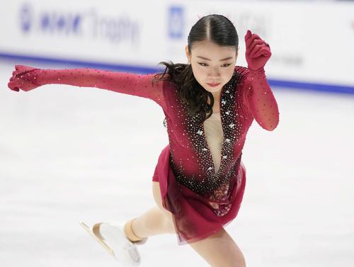 女子SPでジャンプの着氷をまとめる紀平(撮影・加藤諒)
