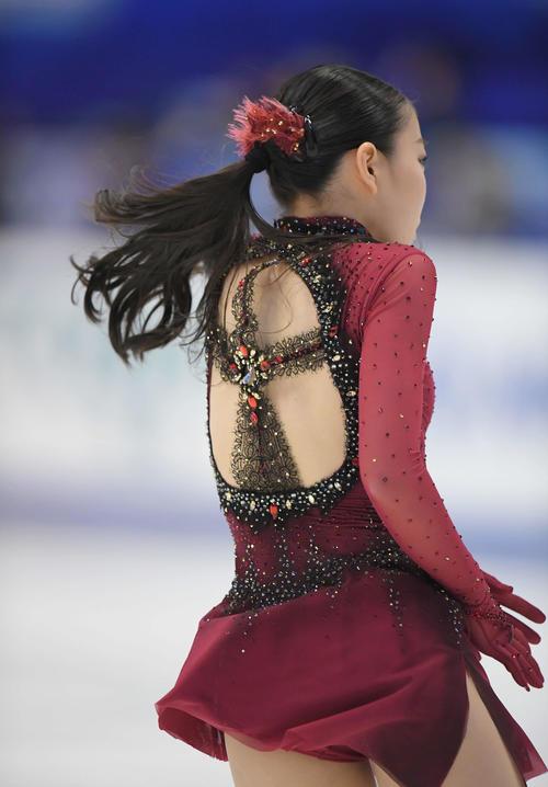 NHK杯 女子SPで十字の形に大きく背中が開いた衣装を着用した紀平(撮影・加藤諒)