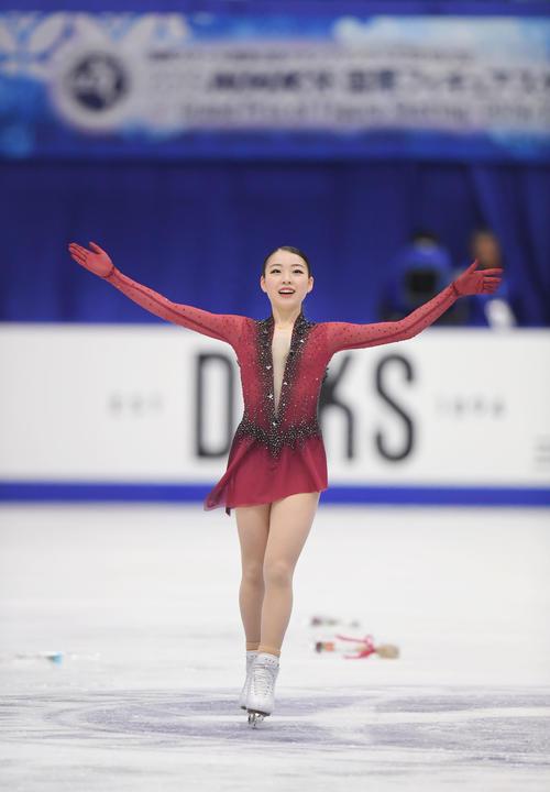 女子SPの演技を終え、笑顔であいさつする紀平(撮影・加藤諒)