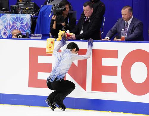 NHK杯 くまのプーさんにタッチして男子SPに臨む羽生(撮影・加藤諒)
