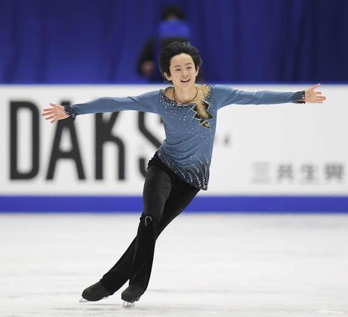 NHK杯 笑顔で男子SPの演技をする島田(撮影・加藤諒)