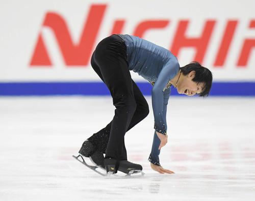 NHK杯 男子SPの演技で転倒し、はにかむ島田(撮影・加藤諒)