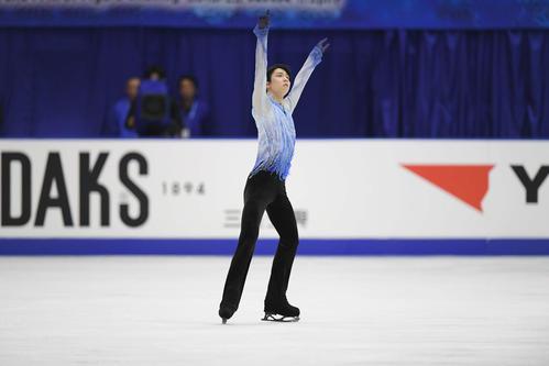 NHK杯 男子SPで演技する羽生結弦(撮影・加藤諒)