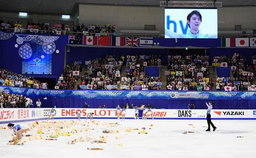 NHK杯 男子SPの演技を終え、観客の声援に応える羽生(撮影・加藤諒)