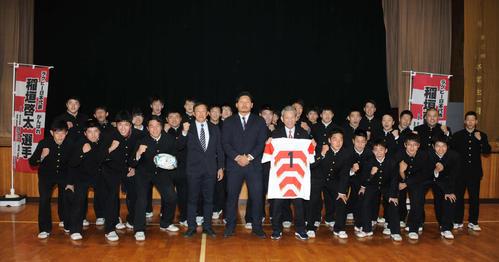 母校の新潟工を訪れた稲垣(前列左から6人目)は、後輩ラグビー部員と記念撮影