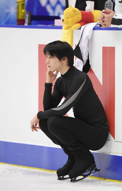 男子SPの前日公式練習中、かがんでリンクを見つめる羽生結弦(撮影・加藤諒)