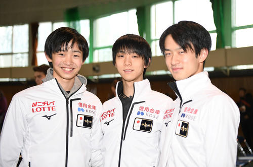 演技順の抽選を終え、笑顔で撮影に応じる、左から島田高志郎、羽生結弦、山本草太(撮影・加藤諒)