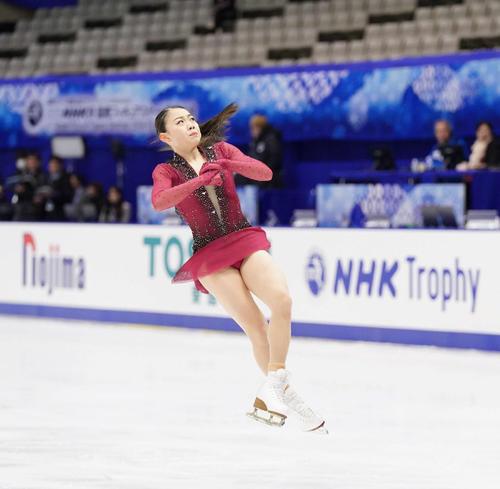 NHK杯女子SPを前にジャンプの練習をする紀平(撮影・加藤諒)